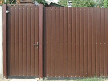 забор из профнастила с калиткой