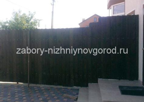 забор из евроштакетника под дерево фото